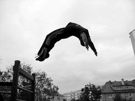 Паркур отрича гравитацията. тя просто не съществува за него