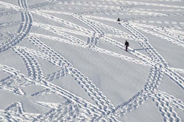 Той е луд, просто се разхожда в снега и воаля