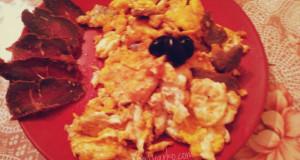 Бъркани яйца с пастърма